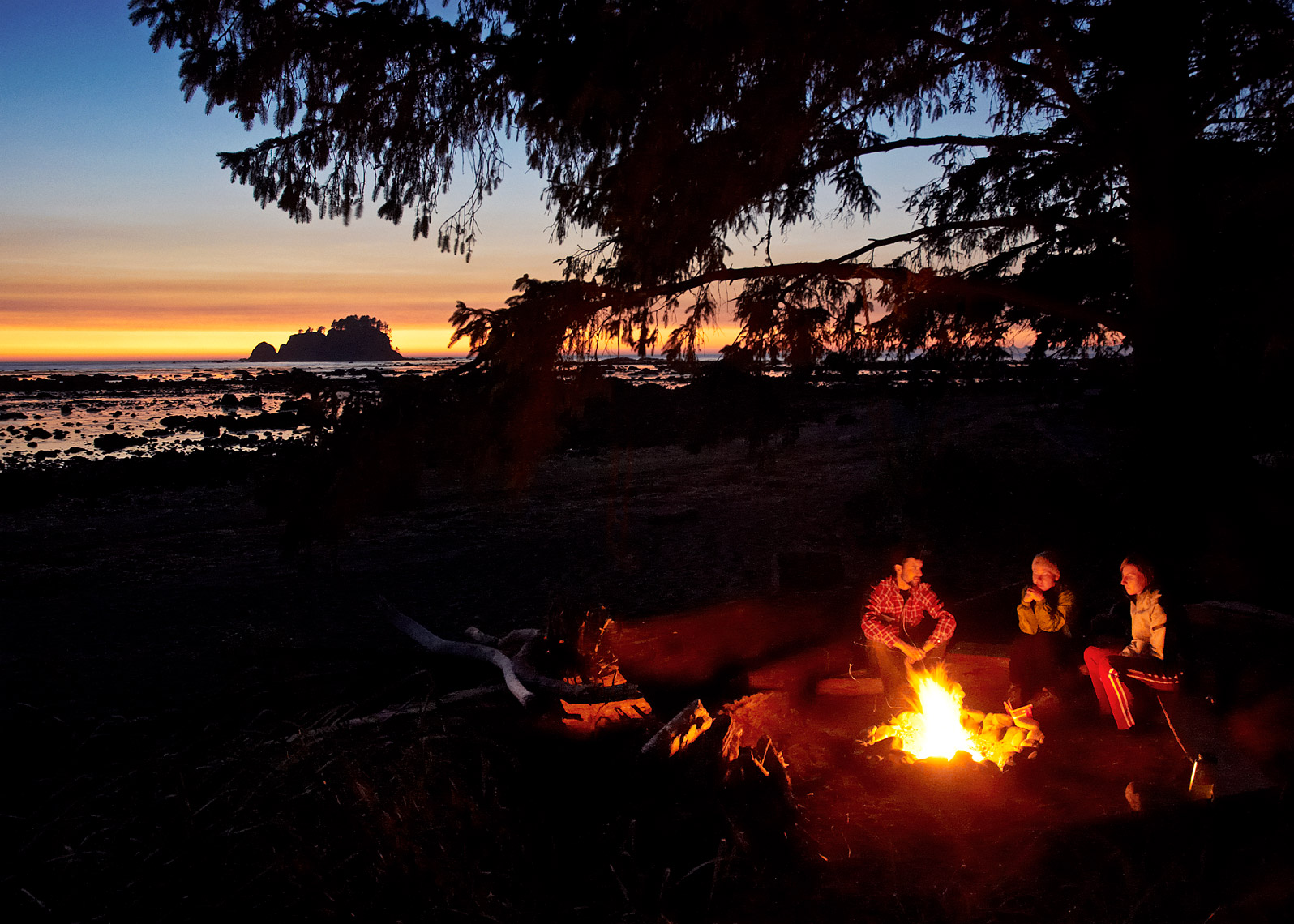 sunset photography captures friends enjoying PNW lifestyle
